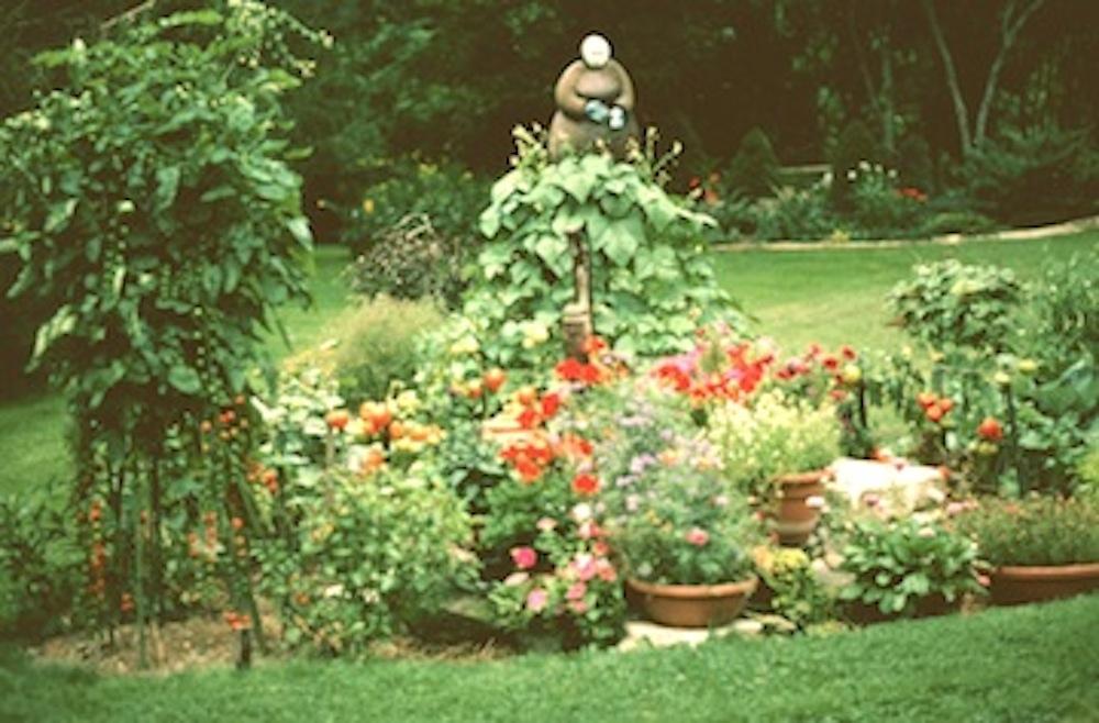irena-martens-sculpturebeanlady-in-vegetable-garden